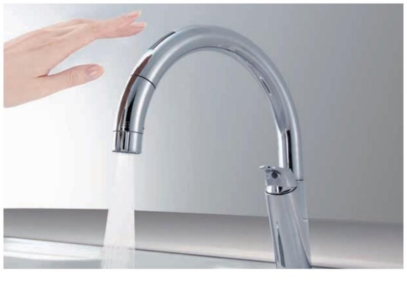 タッチレス水栓:水栓に触れなくてもセンサーに手をかざすだけで吐水/止水ができます。汚れた手でも触れずに楽々操作できます。写真はイメージです。