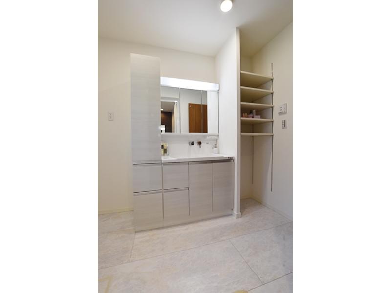 3号地洗面所:キャビネット+シャワー付洗面化粧台が備え付けあります。また、可動棚も設けたので、タオルやランドリー用品等もスッキリ収納出来ます。